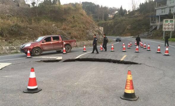 高速下线公路突然塌陷 民警及时处置无事故发生