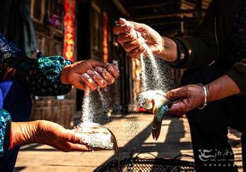 春节即将来临 湘西土家族村民忙制酸鱼