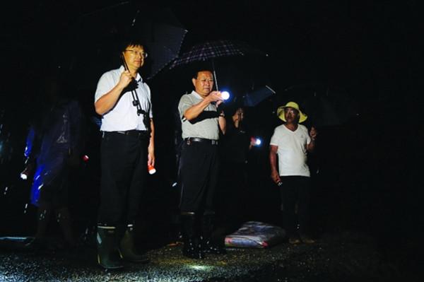 叶红专深夜赴里耶察看汛情指导抗洪救灾工作