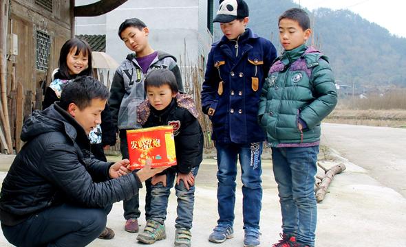 安全教育不松懈 湘西山村教师教留守娃安全放鞭炮快乐度春节