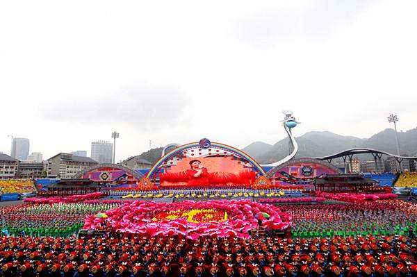 湘西州各族群众隆重集会热烈庆祝湘西土家族苗族自治州成立六十周年