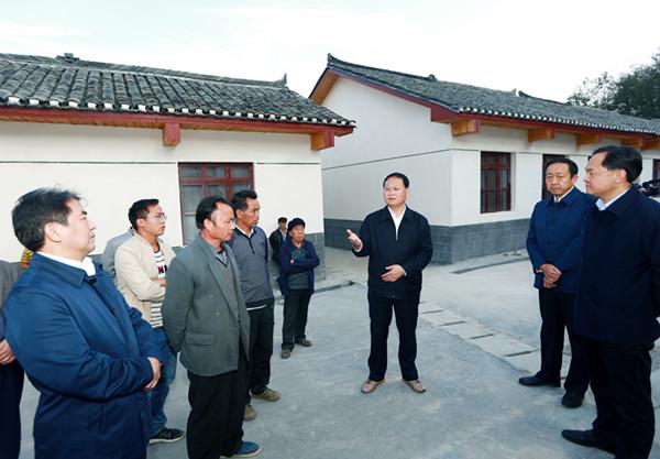 叶红专到凤凰县调研易地扶贫搬迁工作