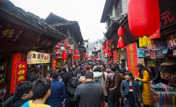 春节长假凤凰古城游人如织