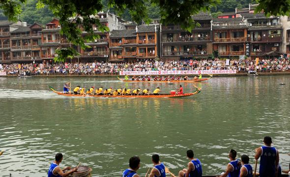 端午节湘西群众赛龙舟、抢鸭子