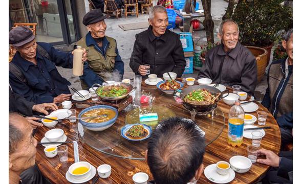 点赞!凤凰这家爱心餐厅请百余老人吃大餐欢度重阳节