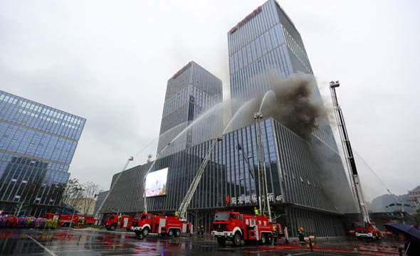 湘西州举行高层建筑灭火救援演练暨119消防宣传月启动