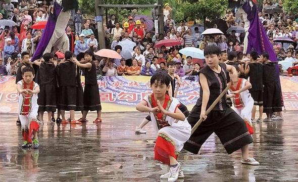 """凤凰举办""""六月六""""苗歌节"""