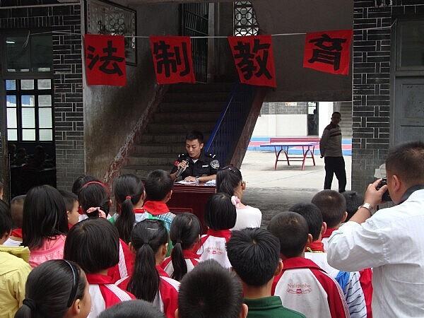 龙山校园:中班送法制课进民警语言公安什么是v校园案图片